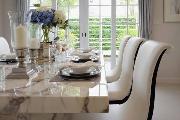Qual escolher: Mesa de madeira, vidro ou granito?